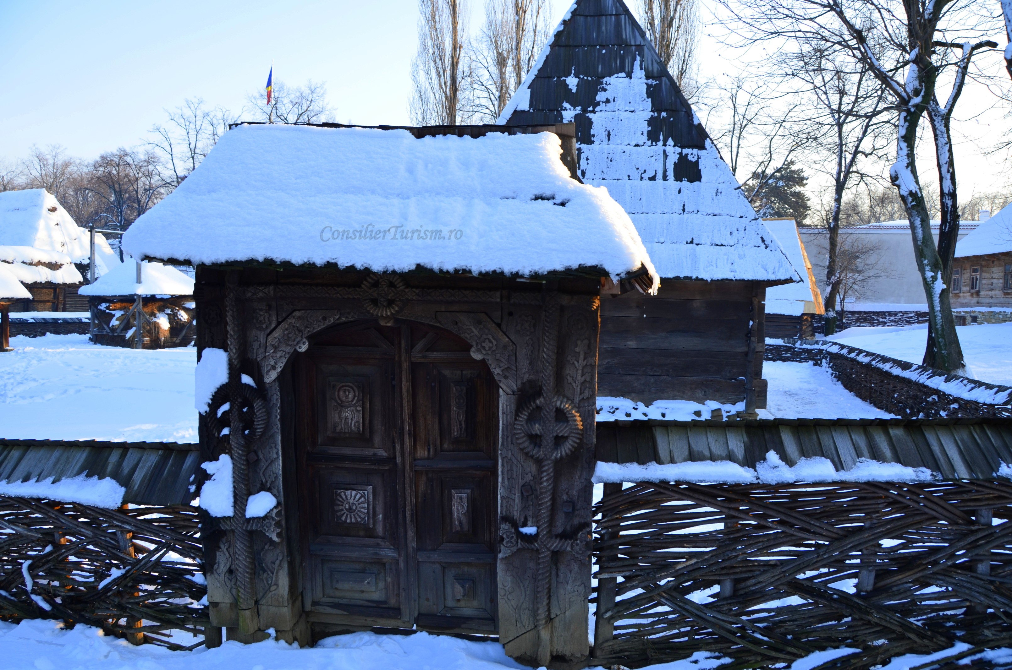 poarta traditonala muzeul satului bucuresti