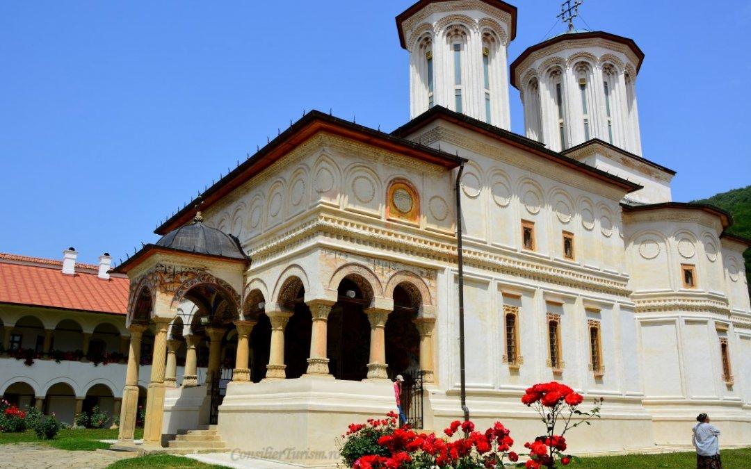 O destinație și două atracții UNESCO: ceramica de Horezu și Mănăstirea Hurezi