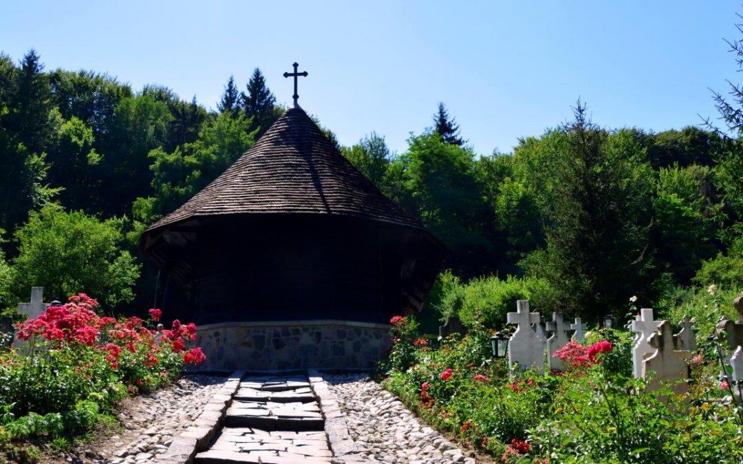 Un colț de rai, un stejar și două legende: Mănăstirea Dintr-un Lemn din Oltenia