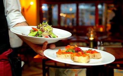 Studiu: Ce sumă alocă românii în vacanțe și călătorii pentru o masă în oraș